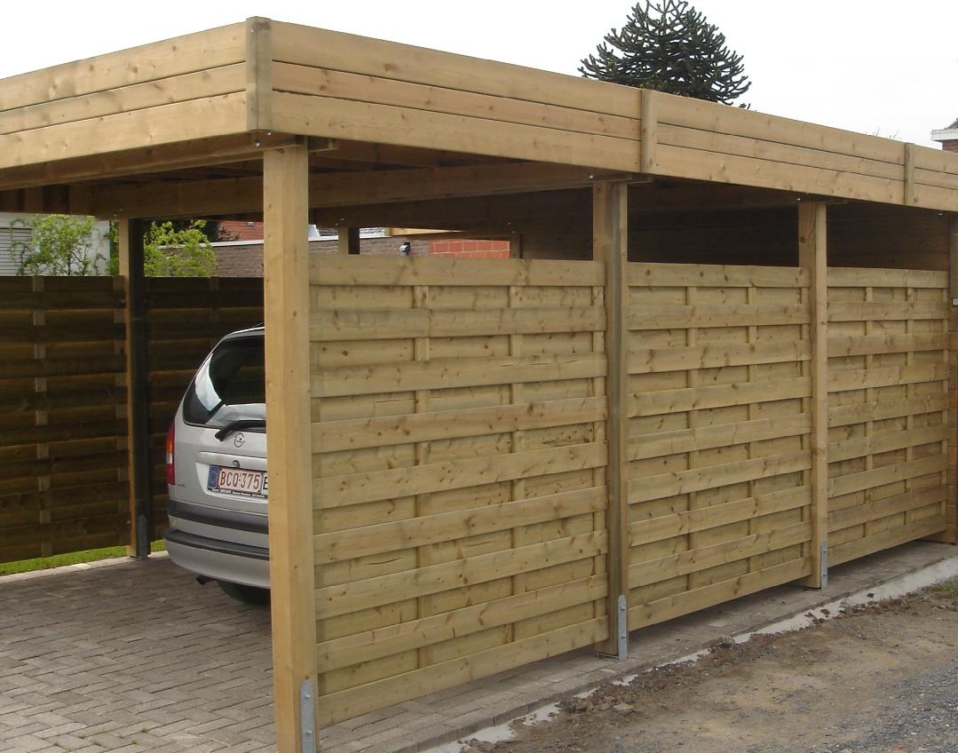 Aanbouwcarport dicht met houten windschermen aan zijkant