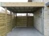Aanbouwcarport dicht met houten windschermen aan zij- en achterkant + tuinpoortje