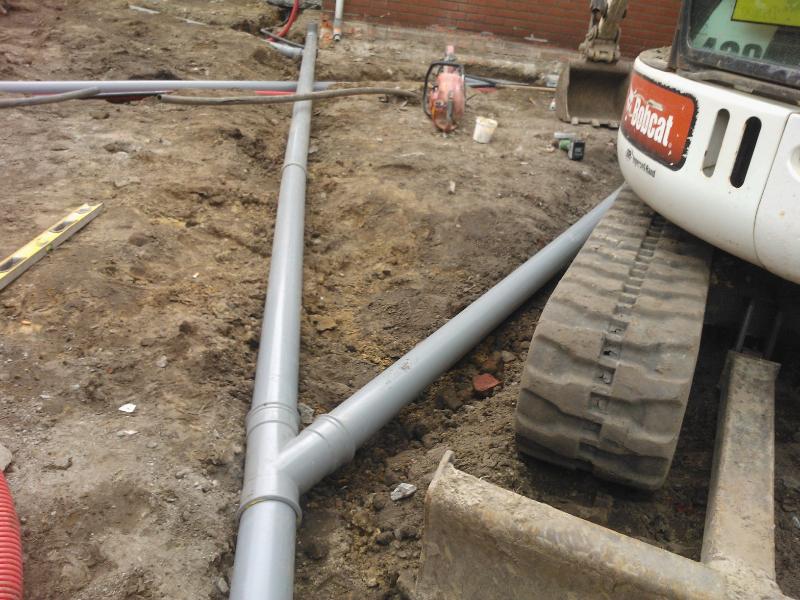 Grondwerken: leggen van PVC-buizen