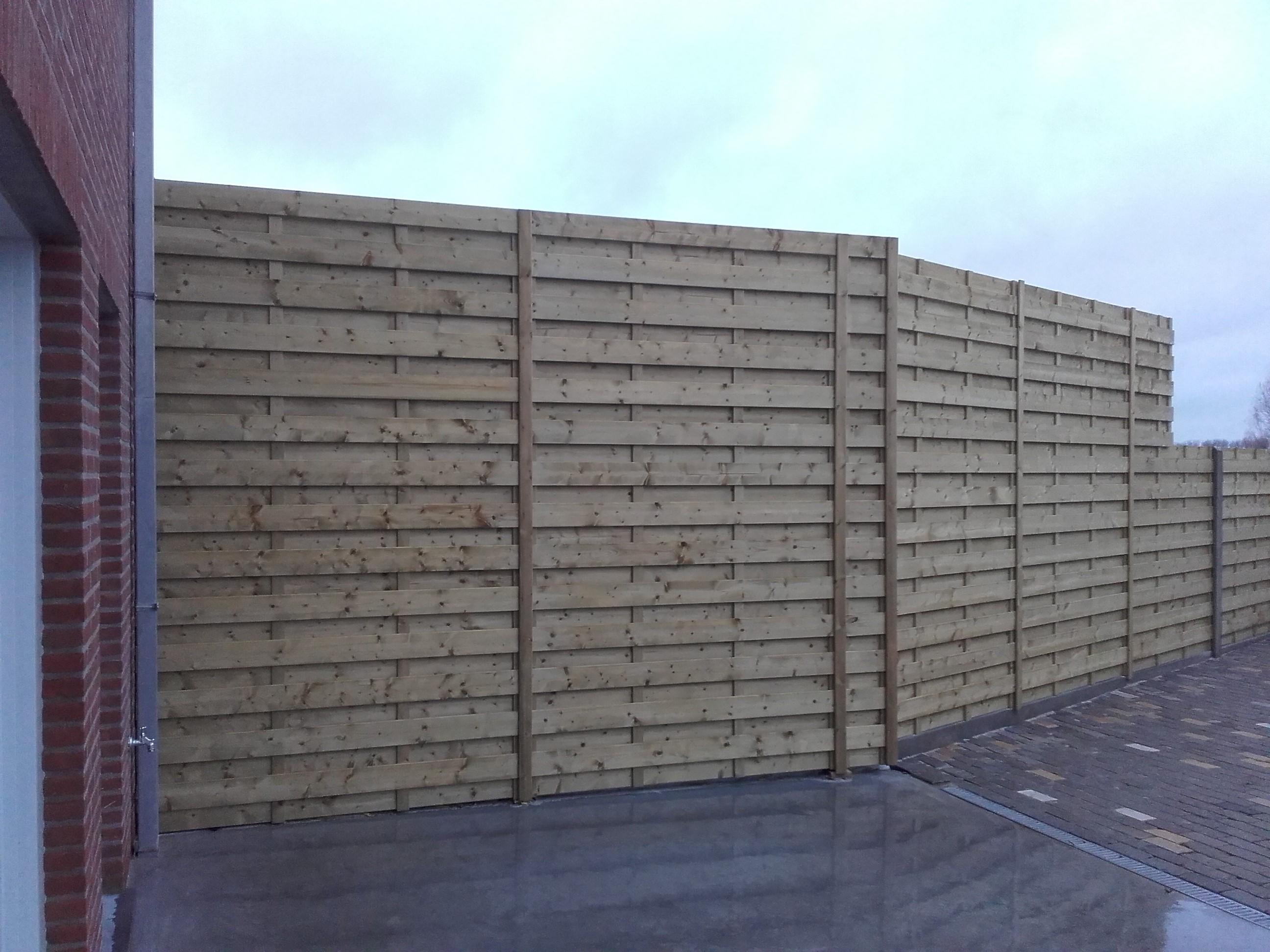 houten windschermen met houten palen