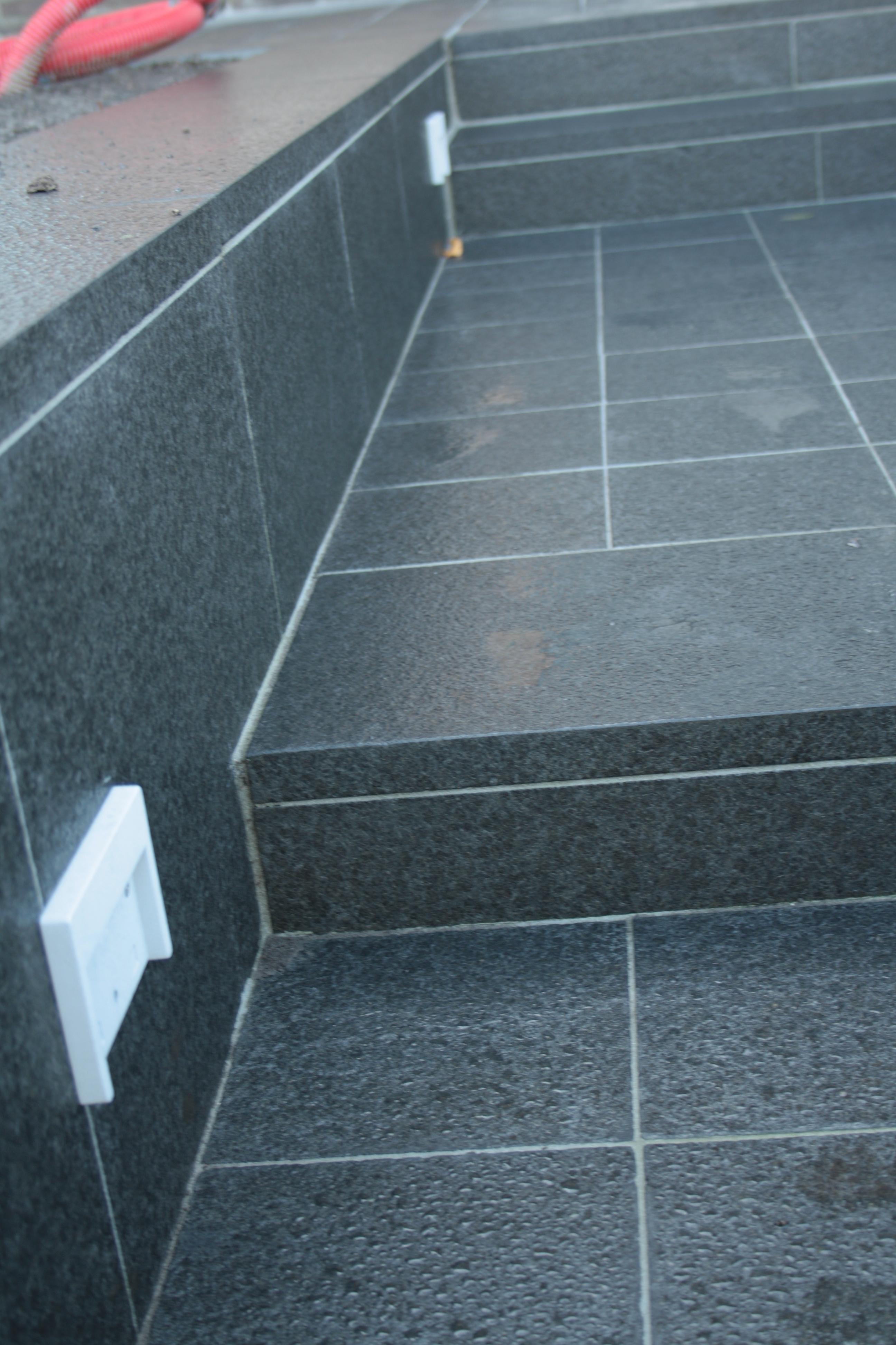 uitwerken trap met natuursteen chinese graniet donker
